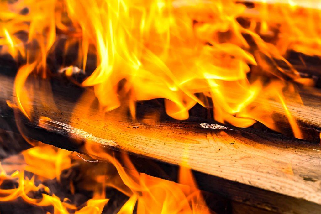 braise feu de cheminée